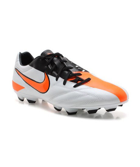 Crampons Nike Total 90 moulés Blanche